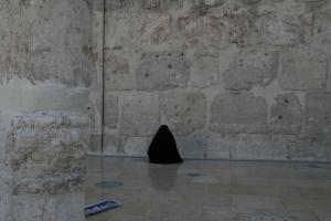 Mujer rezando en la mezquita Omeya.