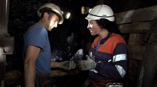 Seis mineros del Pozo Sotón pendientes de la seguridad del visitante.